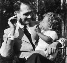 Rudolf Hess med sin son.
