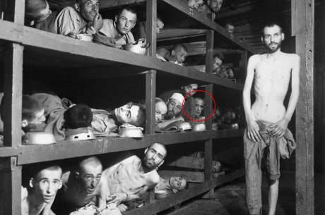 Den berömda bilden från Buchenwald, som visat sig vara en förfalskning. (Wiesel 7:e från vänster mittenraden)