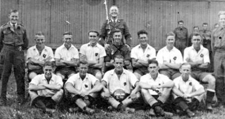 Illustrationsbild: Brittiska fångar med sitt eget fotbollslag. Bilden är från Auschwitz.