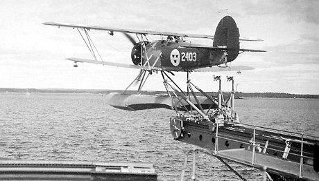 Ett S9 flygplan som lyfter från HMS Gotland