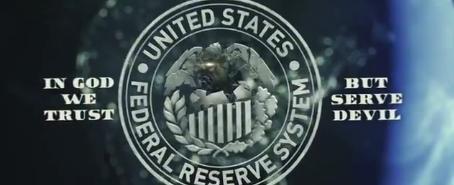 """Bildruta från filmen som anklagar det judiska centralbankssystemet Federal Reserve för att """"tjäna djävulen""""."""