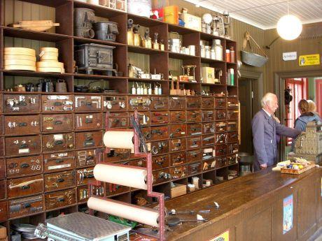 Järnhandlarens hus. Butikens inredning härstammar huvudsakligen från 1880-talet. Huset öppnade år 2006.