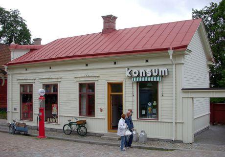 Konsumbutiken. Butiken är från 1930-talet och öppnade år 2006 i Järnhandlarens hus som ligger längst ner i museets stadskvarter.