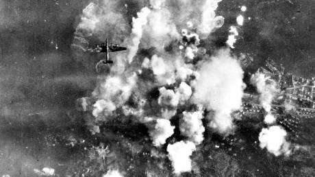 """Bombningen av Laksevåg. Stor rökbildning uppstod. Piloterna fick order om att skjuta """"mitt i röken""""."""