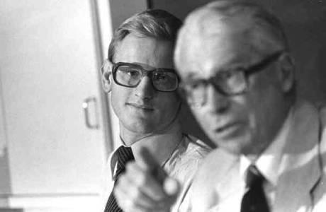 Under 70-talet när Carl Bildt arbetade som Gösta Bohmans assistent läckte Bildt hemlig information till USA. Den judiske globalisten Henry Kissingers Europasändebud Ronald E Woods samlade in uppgifterna från Bildt och förde dem vidare till sin uppdragsgivare.