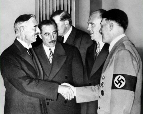 Neville Chamberlain (t.v.) tillsammans med Hitler under Münchenavtalet 1938. Ett år senare ska världlsjudendomen ha drivit England till att förklara Tyskland krig.