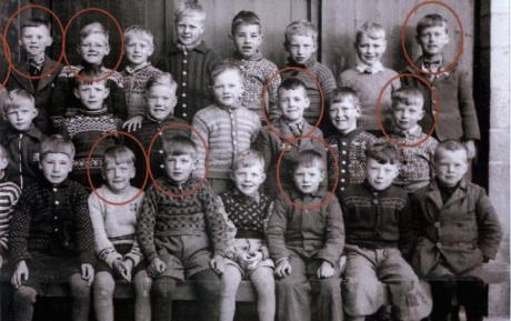 Barn på Holen-skolan i Laksevåg. De inringade dödades av allierade bomber denna dag 1944.