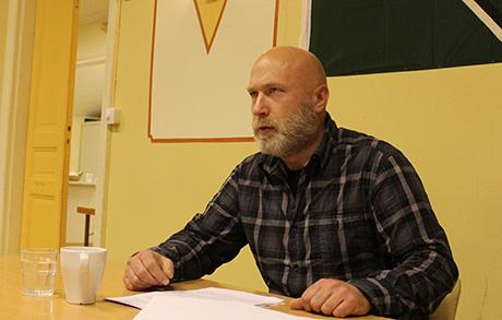 Klas Lund håller föredrag.