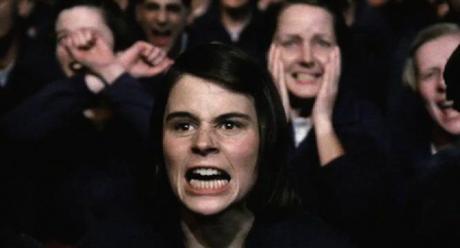 Den klassiska scenen Tvåminuterhat, från George Orwells roman 1984, är en daglig period då partimedlemmar av samhället i Oceanien måste titta på en film som visar partiets fiender (särskilt på Emmanuel Goldstein och hans anhängare) och uttrycka sitt hat för dem.