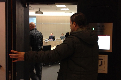 Fredrik Vejdeland på väg in i rättssalen.