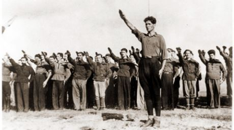 Codreanu och hans anhängare. Det finns många likheter mellan Codreanus rörelse och den tyska nationalsocialistiska rörelsen. Bland annat att Codreanu periodvis använde hakkorsflaggor samt hälsningen som syns på bilden.