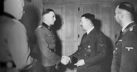 Sylvester Stadler får Riddarkorstet av Adolf Hitler