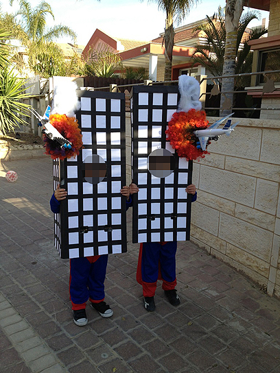 """Här har två  israeliska 7-åringar klätt ut sig till World Trade Center-skyskraporna för att fira Purim i Israel. Högtiden Putim glorifierar hur judinnan Esther dolde sin judiska identitet och lurade kungen av Persien att slakta 75 000 människor som var """"fiender till judarna""""."""