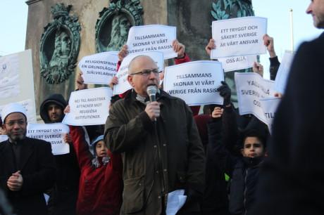 """Juden  Jehoshua Kaufman tillsammans med muslimer som håller lappar med budskapet """"yalla yalla Sverige åt oss alla"""" och """"tillsammans skonar vi Sverige från rasism""""."""