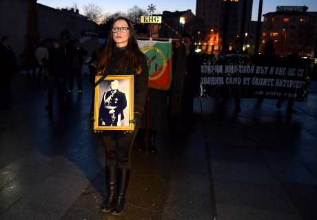 Deltagare ställer upp sig för avmarsch. Främst bäres ett porträtt av Christo Lukov.