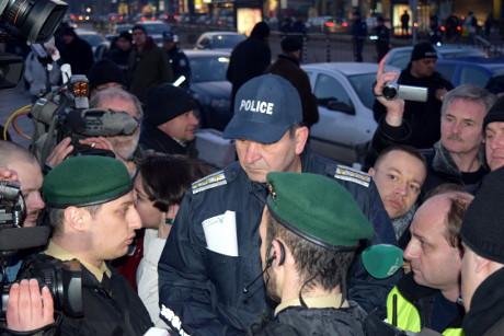Diskussioner med polisbefäl uppvaktas av journalister.