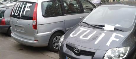 Ett 20-tal bilar hann vandaliseras innan polisen kunde gripa mannen.