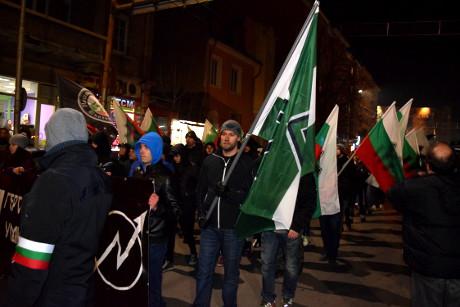 Motståndsrörelsens fana välkomnades i marschen av bulgariska vänner.