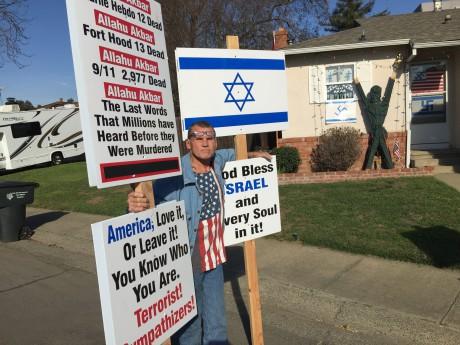 Robert Dixon utanför mannens hus i februari.