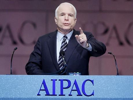 Sionistiske senatorn John Mccain svartlistas av Ryssland. Här håller han tal inför Israel-lobbyn AIPAC.