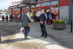Flygbladsutdelning i Delsbo, Hudiksvall