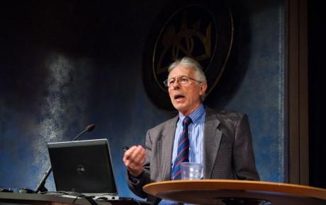 Kevin MacDonalds föreläste nyligen i Stockholm och Arnstberg refereade till föredraget i sin artikel. Foto: Logik Förlag.