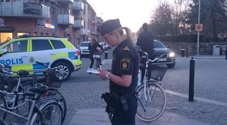 En poliskvinna ville läsa flygbladet som delades ut.