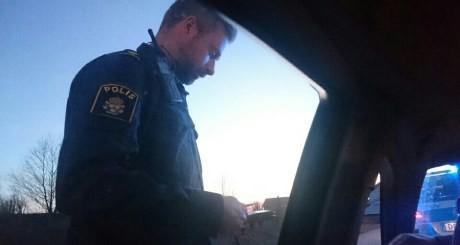 Polisen följde efter till bilarna för att ta ID på aktivisterna.