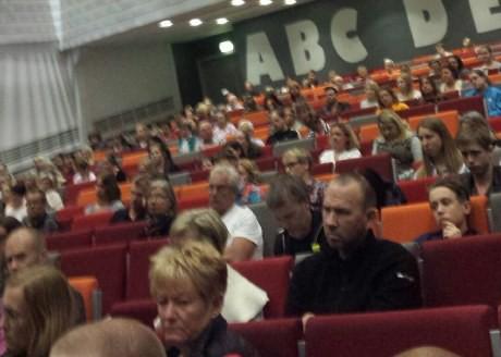 Ovanligt mycket publik på plats, rapporterar Motståndsrörelsen aktivister.