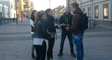 Aktivister delar ut flygblad. Allt är lugnt. Här en diskussion med några unga kvinnor.