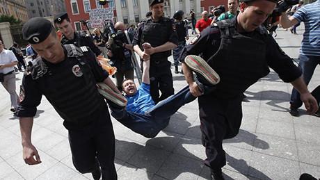 Homoaktivist bärs bort av rysk polis.