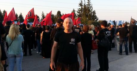 Andrew Anglin deltar på en manifestation i Grekland, anordnad av Gyllene gryning.