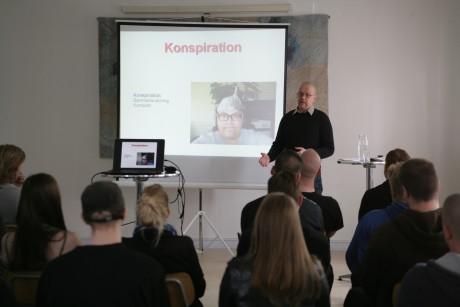 """Öberg gick igenom begreppet """"konspiration"""" och förklarade att det ligger i sionisternas intresse att förlöjliga """"konspirationsteoretiker""""."""
