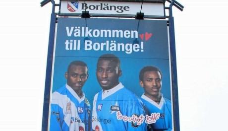 """Somalia Bandy pryder """"Välkommen till Borlänge""""-skylten."""