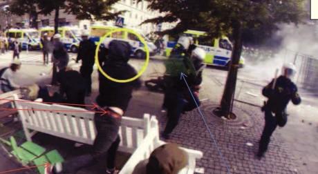 Olle Smedberg kastar stol på polis