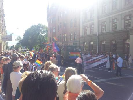 Judiska församlingen demonstrerar. Till vänster ghår en barbröstad shiksa.
