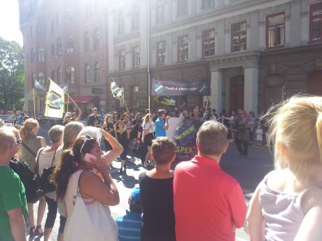 """AIK som tidigare varit infiltrerade av extremvänstern drog sig till sist officiellt ur """"Pride"""" efter ett styrelsebeslut. Här demonstrerar dock flera AIK-fans i Pride och klubben mottog ett pris, vilket kritiserats av klubbens firma."""