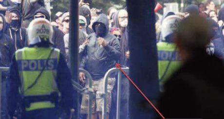 Här verkar Matthews känna sig mer modig när han är maskerad och tillsammans med andra vänsterextremister.