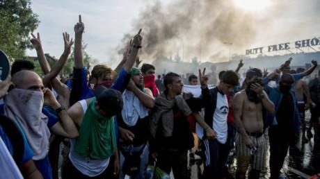 Arga demonstranter skriker islamistiska slagord.
