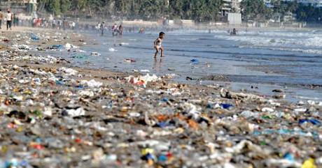 Plastförpackningar ligger i stora högar längs många kuster. Den här bilden är tagen i Indien.