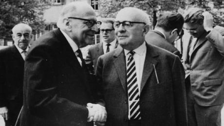 Max Horkhemier skakar hand med Theoror Adorno.