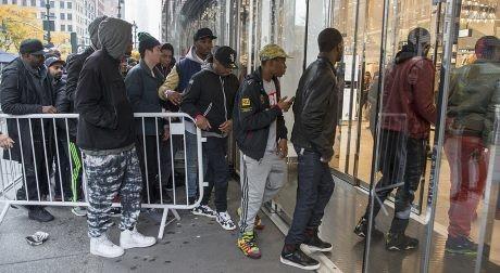 Modemedvetna afroamerikaner köar i New York. Foto: Daily Mail.