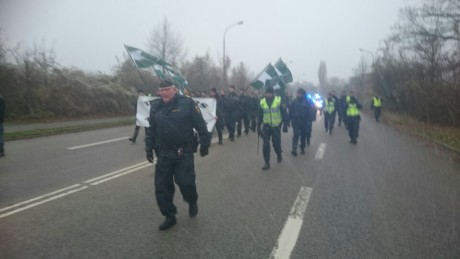 Polis går med dragen batong.