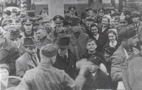 """""""Grytsöndagen"""" upprättades av det nationalsocialistiska Tyskland 1933 till förmån för socialt utsatta och hungriga medborgare under parollen: """"Ingen ska behöva svälta eller frysa"""". Detta utvecklades senare till Winterhilfswerk de Deutschen Volkes (Vinterhjälpen) - en vägörenhetsorganisation som samlade ihop mat, pengar och kläder till behövande."""