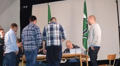 Partiprogram, medlemskort och medlemsnålar delades ut av ledningen till till deltagarna.