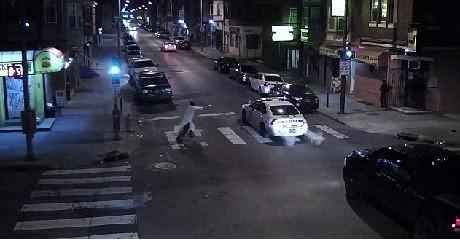 """Här går den """"fromme muslimen"""" till attack mot polismannen."""