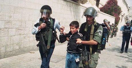 Ett palestinskt barn frihetsberövas av den israeliska regimen.