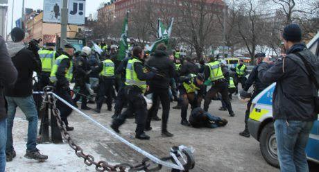 Polisen försökte allvarligt skada de som demonstrerade mot massinvandring.