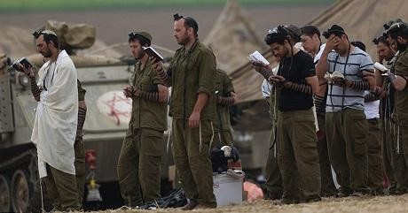 Judiska soldater tar en paus i folkmordet på palestinierna. Kanske tackar de sin gud för de givmilda goyim som sitter i den amerikanska regeringen?