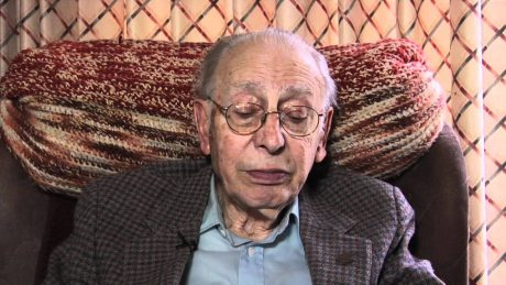 Klaus Sterm överlevde gaskammaren när hans uppsvullna och undernärda ansikte lurade SS-bödeln att tro att Klaus var frisk, kry och arbetsför.